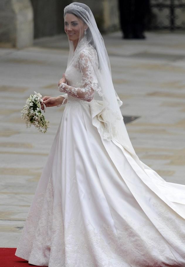 Платье получилось довольно скромным, не перегруженным аксессуарами и лишними деталями. Однако именно таким и должен быть наряд настоящей принцессы