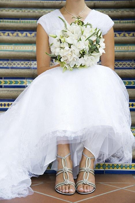 предлагаем взглянуть на свадебную обувь на плоской подошве. Для примера возьмём свадебные босоножки от Loeffler Randall, которые выглядят шикарно даже