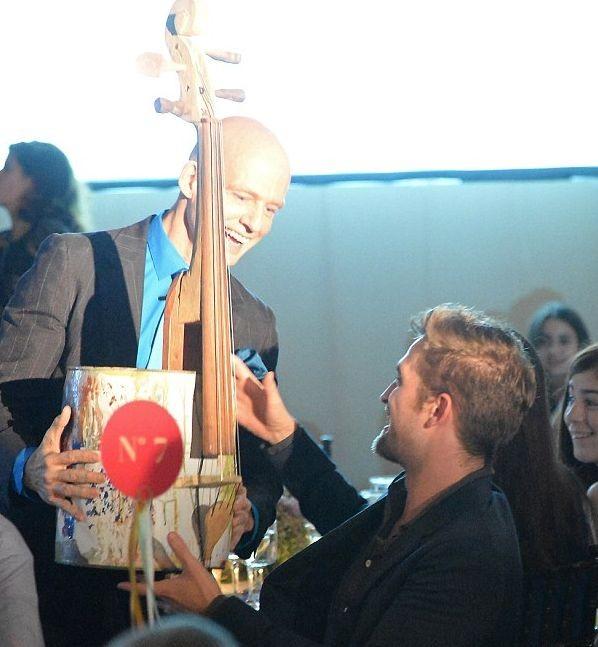 Роберт Паттинсон купил виолончель из мусора