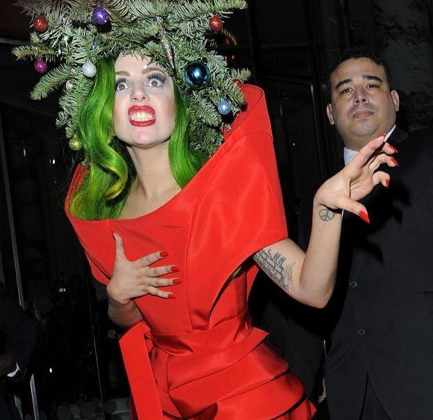 Леди Гага надела на голову ёлку