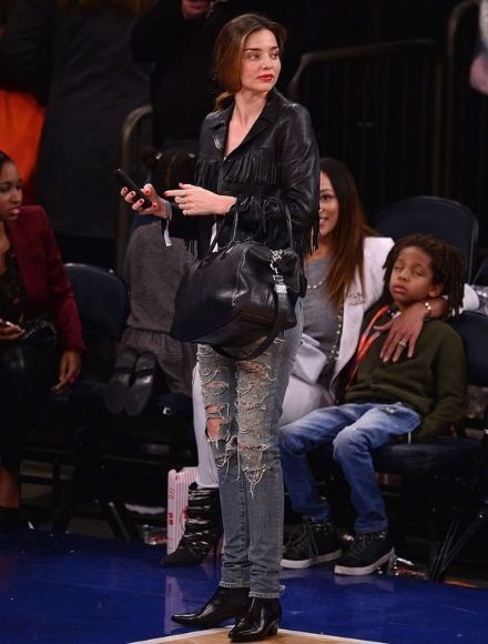 Миранда Керр и Ким Кардашян в джинсах Saint Laurent