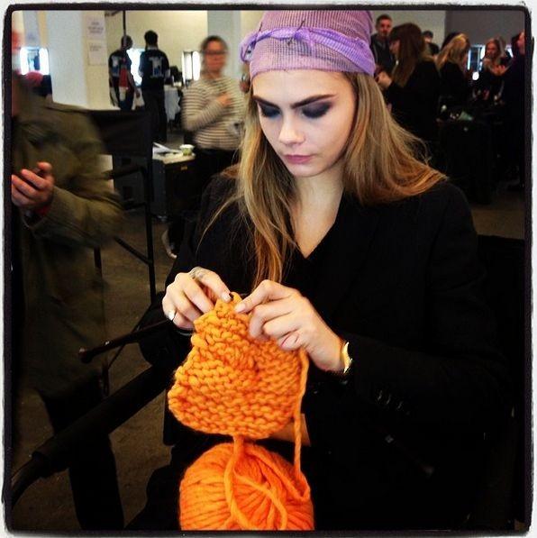 Новое хобби Кары Делевинь - вязание