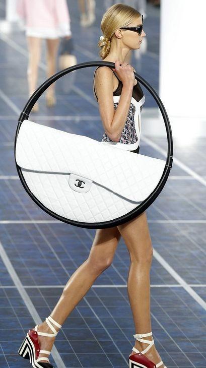 Необычные летние сумки Prada и Chanel