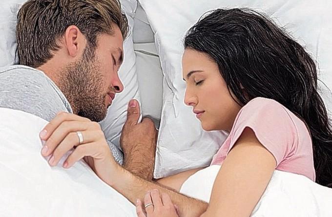 Позы спящих пар расскажут о прочности их отношений