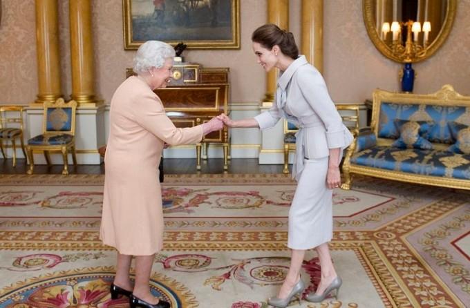 Анджелина Джоли стала почётной дамой