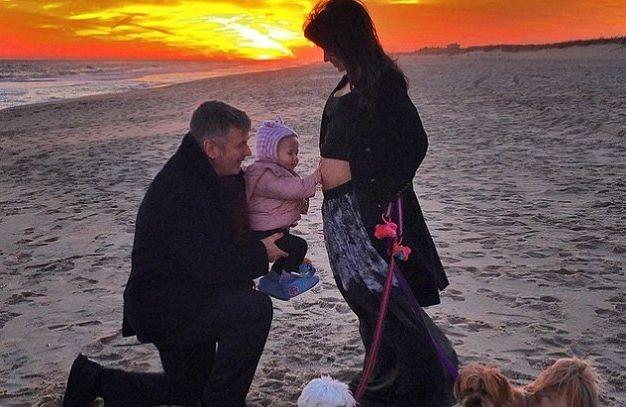 56-летний Алек Болдуин снова готовится стать папой. Его жена, 30-летняя инструктор по йоге Хилария Болдуин объявила о своей беременности в канун Нового Года: она разметила фотографию, в которой сообщила, что они ожидают пополнение в семье.