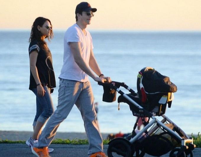 Эштон Катчер и Мила Кунис прогулялись с дочкой по пляжу