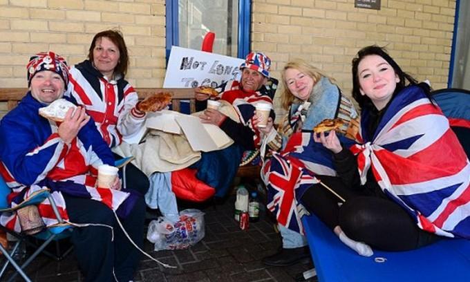 Принц Уильям и Кейт Миддлтон угостили завтраком фанатов у больницы