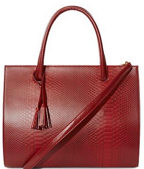 Виктория Бекхэм получила в подарок сумочку из экокожи