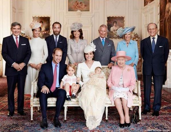 Кейт Миддлтон и принц Уильям показали официальные фотографии с крестин дочери