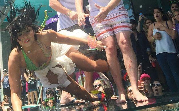 Деми Ловато упала возле бассейна
