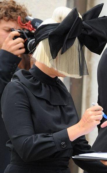 Sia спрятала лицо бантом на кинофестивале в Венеции