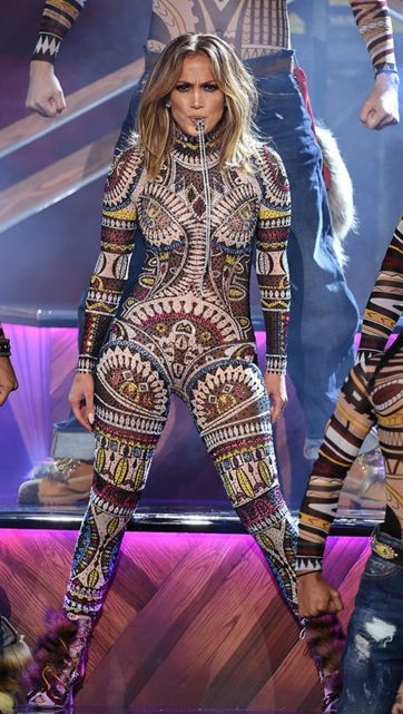 Дженнифер Лопес сменила 10 нарядов на церемонии AMA 2015