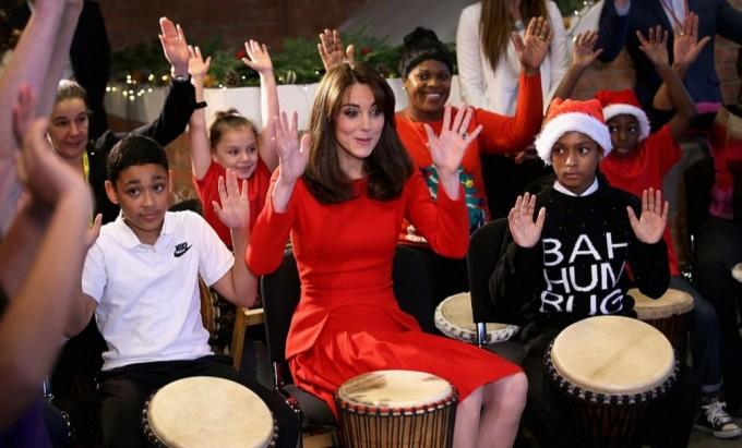 Кейт Миддлтон сыграла на барабанах в детском центре
