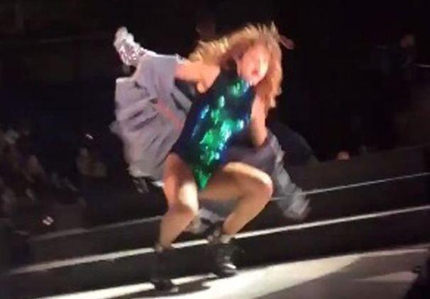 Селена Гомес упала во время выступления