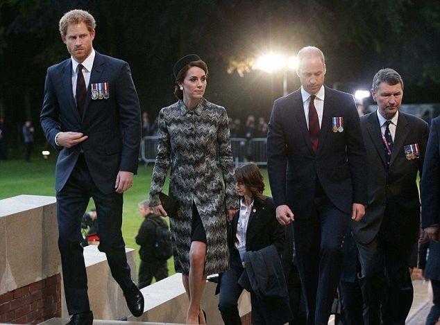 Кейт Миддлтон, принц Уильям ипринц Гарри почтили память солдат воФранции