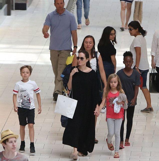 Анджелина Джоли с детьми прогулялась по магазинам