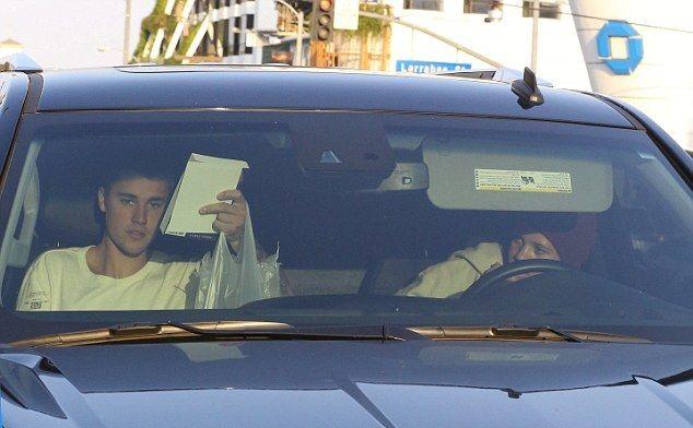 Фанаты выручают – поклонник Джастина Бибера оплатил ему молоко и сэндвич