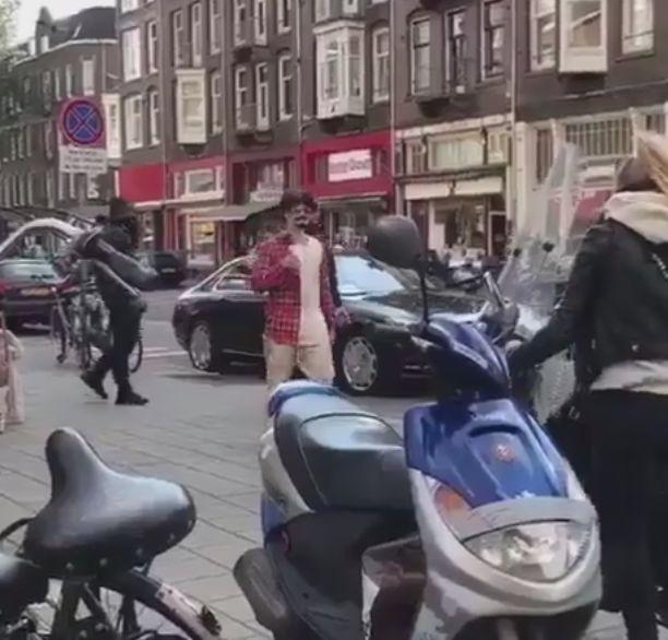 Джастин Бибер с приклеенными усами и бородкой гуляет по Амстердаму