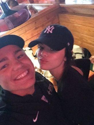 Селена Гомес сфотографировалась с фанатами в кафе