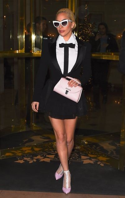 Леди Гага прилетела в Париж на выступление в шоуVictoria's Secret