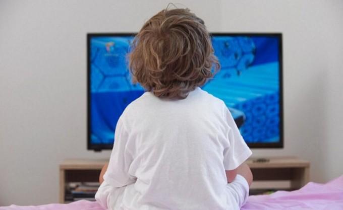 Детям до двух лет нельзя смотреть телевизор