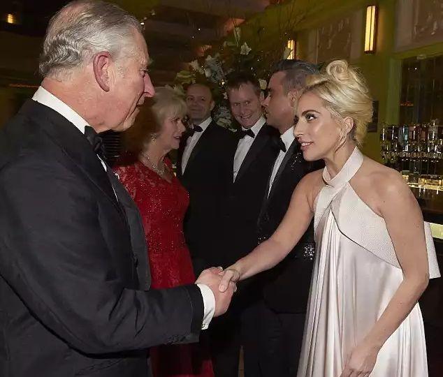 Леди Гага встретилась с королевской семьёй на Royal Variety Performance