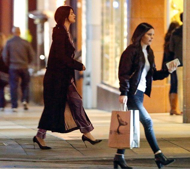 Селена Гомес прогулялась по улице в пижаме