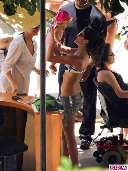 Селена Гомес в бикини позагорала в Бразилии