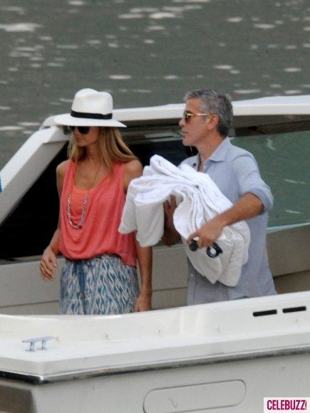 Джордж Клуни покатался на лодке с двумя возлюбленными