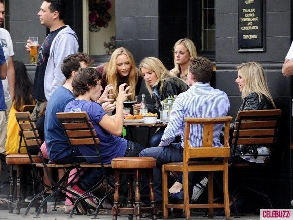 Гарри Стайлс пьёт пиво в окружении блондинок