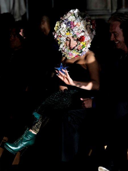 Леди Гага надела на голову клумбу