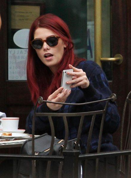 Эшли Грин покрасила волосы в красный