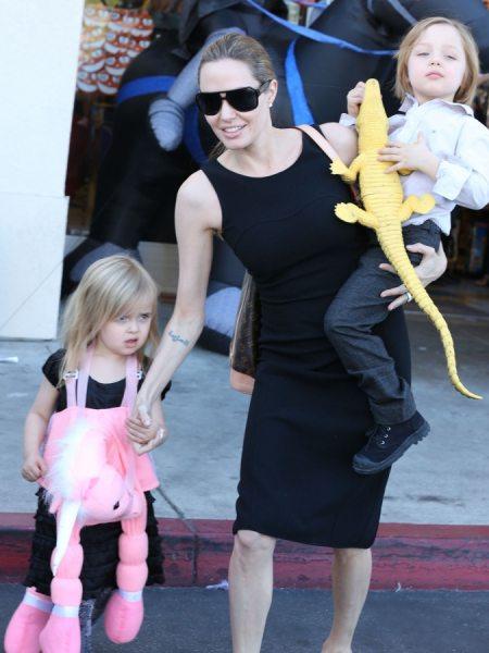 Анджелина Джоли с детьми готовятся к Хэллоуину
