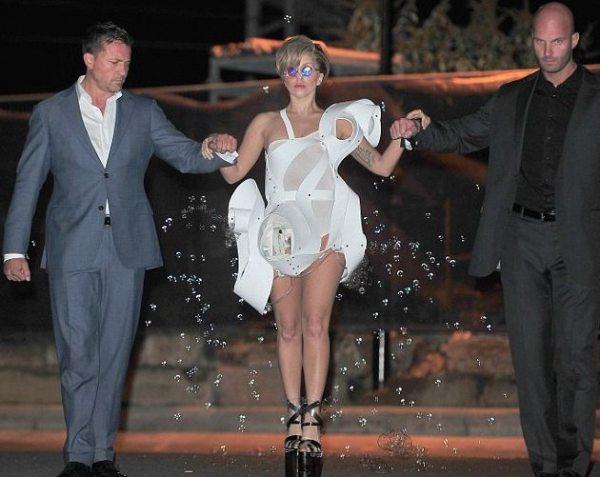 Леди Гага надела платье из машинок для мыльных пузырей