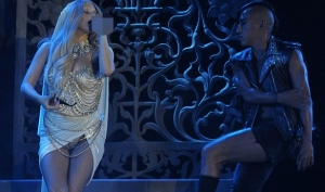 Леди Гага спела в член
