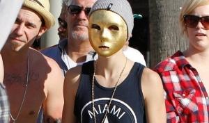 Джастин Бибер вышел на улицу в золотой маске