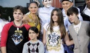 Джастин Бибер присоединился к детям Майкла Джексона на Аллее славы