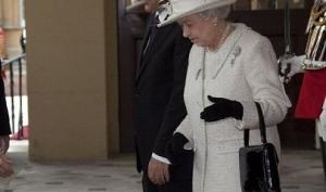 Журналисты заглянули в сумочку британской королевы