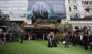 Кристен Стюарт переобулась на премьере Белоснежки и охотника