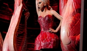 Леди Гага снова надела мясное платье