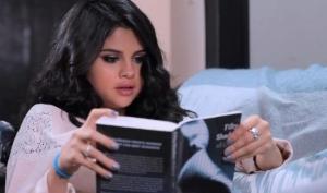 Селена Гомес читает неприличную книгу