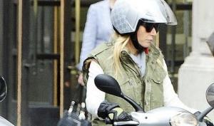 Гвинет Пэлтроу гоняет по Лондону на мотоцикле