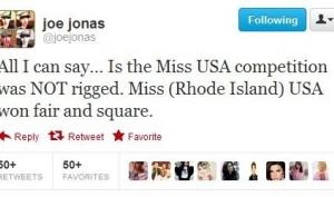 Джо Джонас защищает Мисс Америку 2012