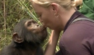 Шарлиз Терон целуется с обезьяной