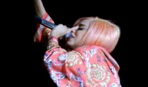 Леди Гага вышла на сцену в халате