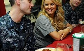Джессике Симпсон стало плохо на борту американского военного корабля