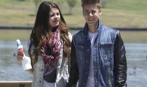 Селена Гомес и Джастин Бибер целуются в аэропорту