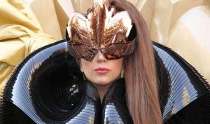 Леди Гага передвигается в инвалидной коляске