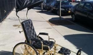 Леди Гага передвигается в золотой инвалидной коляске